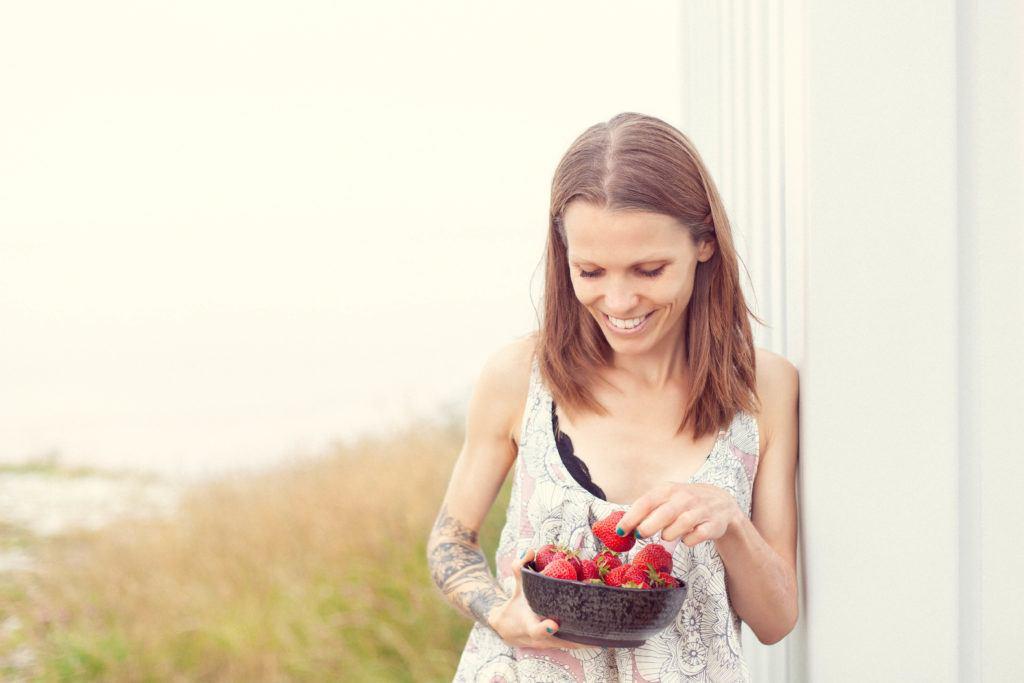 mig med en skål jordbær