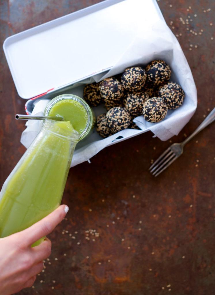 tahin lakrids dadelkugler og grøn juice