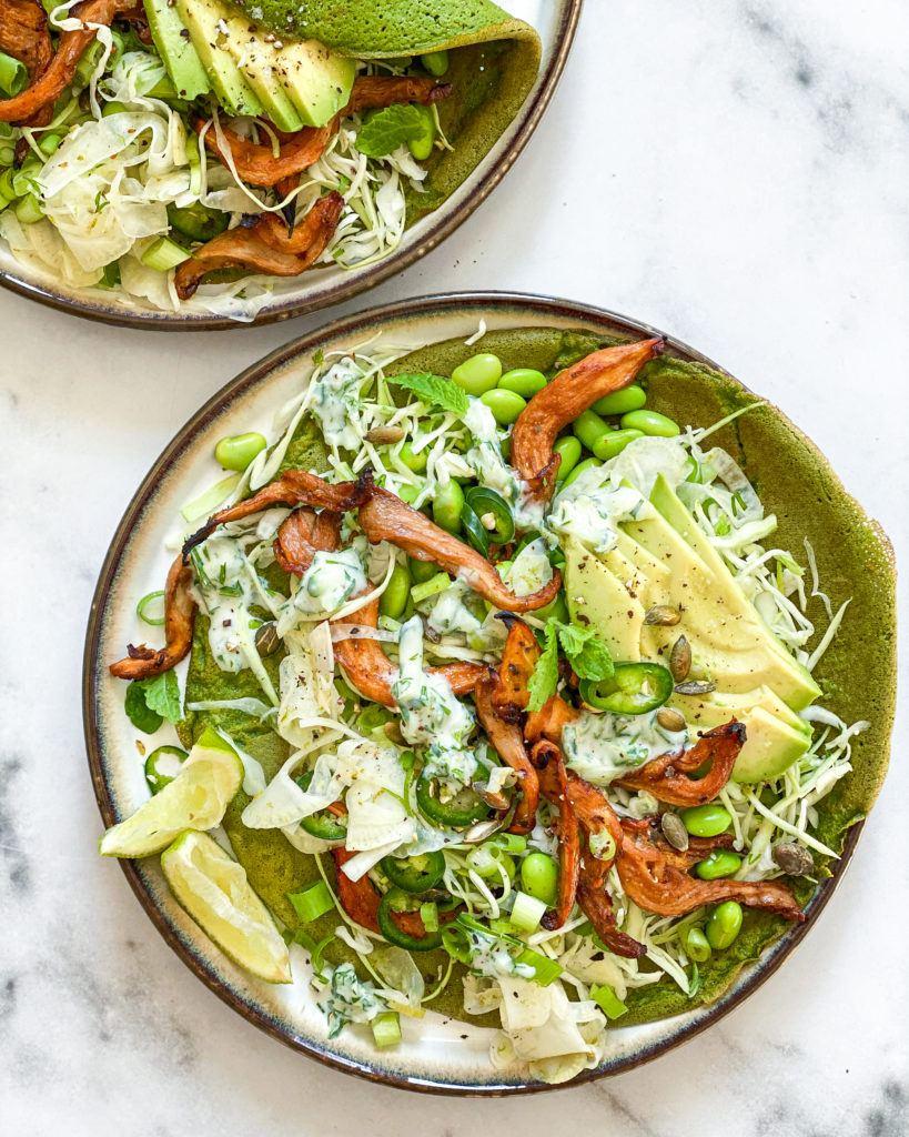 glutenfri spinatpandekager med marinerede svampe og mynte tzatziki