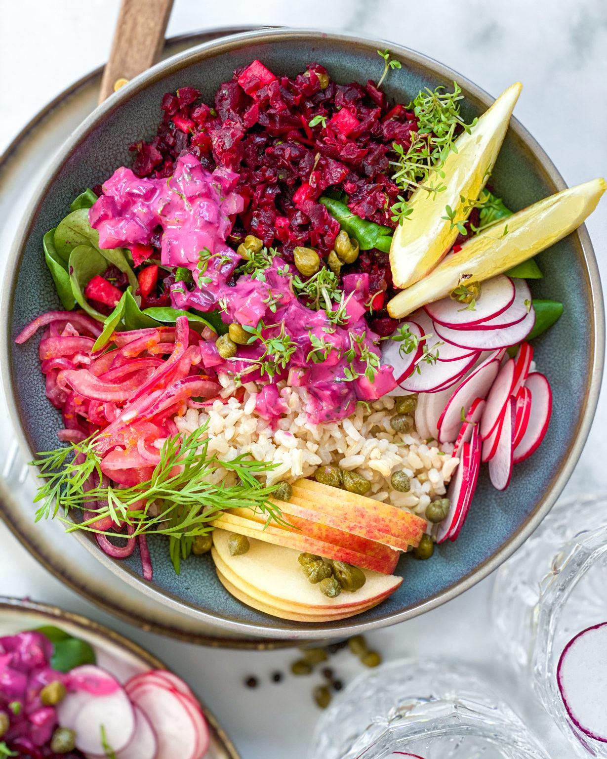 Rødbedetatar med russisk salat - Opskrift på vegansk forret