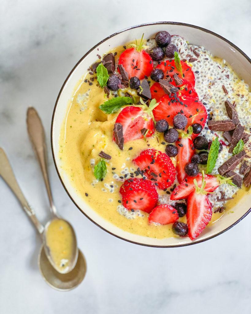 gul smoothie bowl med appelsin chiagrød