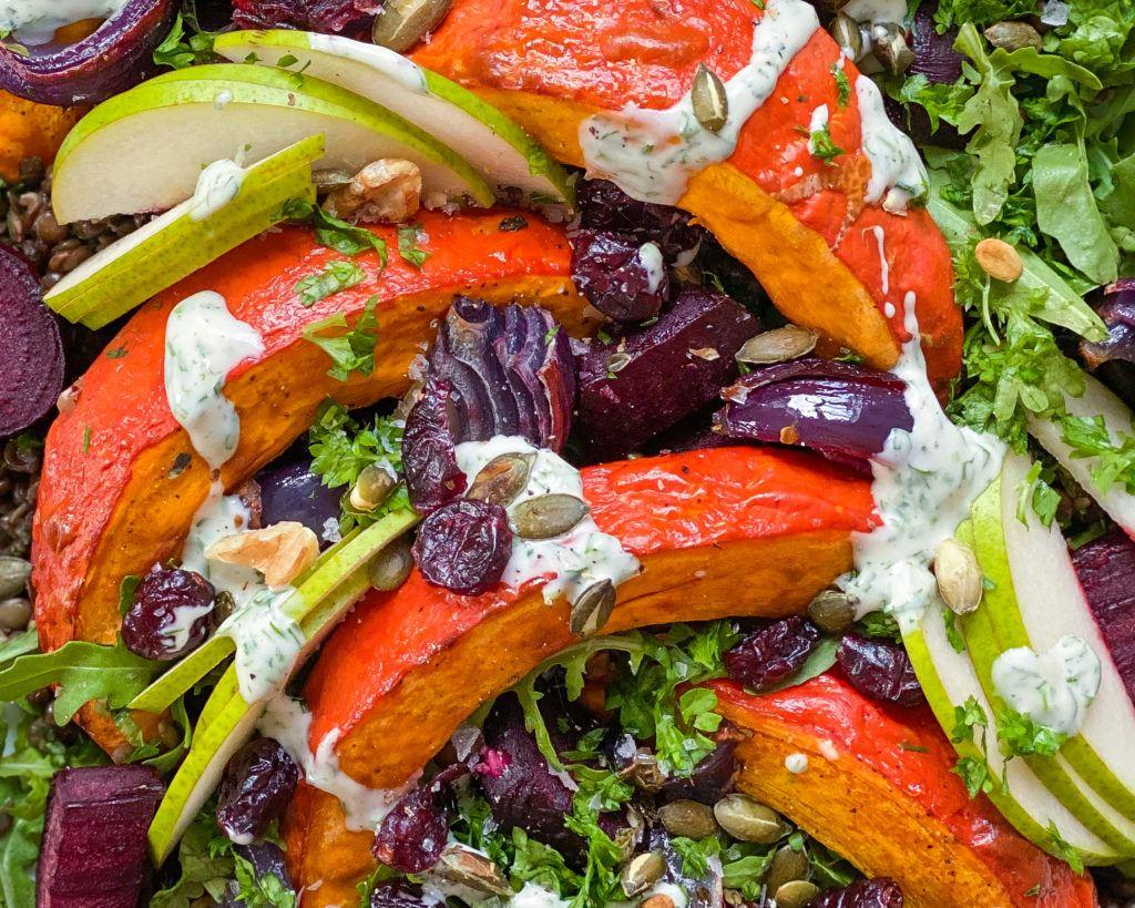 Linsesalat med bagte grøntsager close up