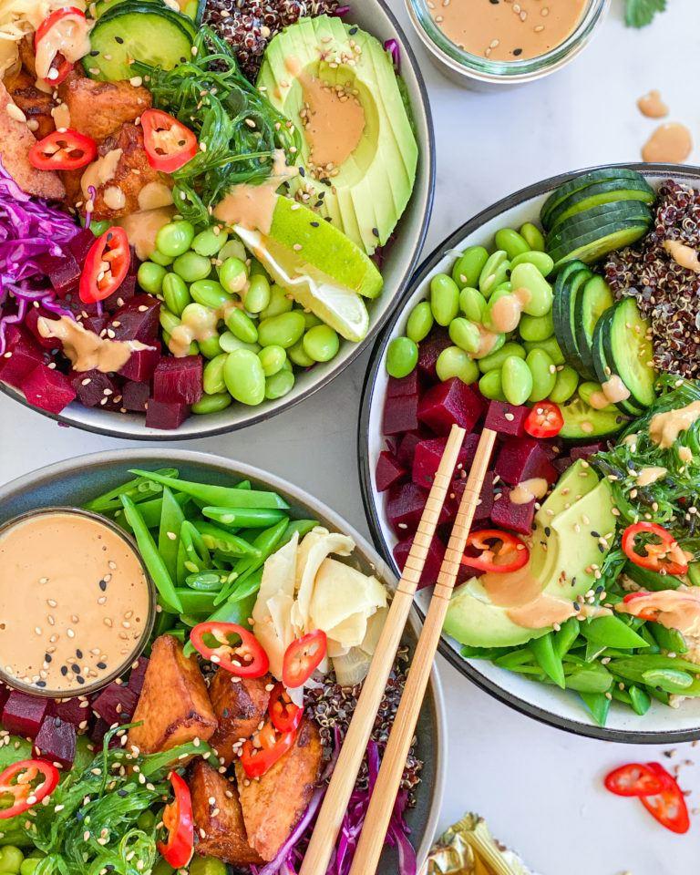 vegansk poke bowl med tofu og peanutbutterdressing
