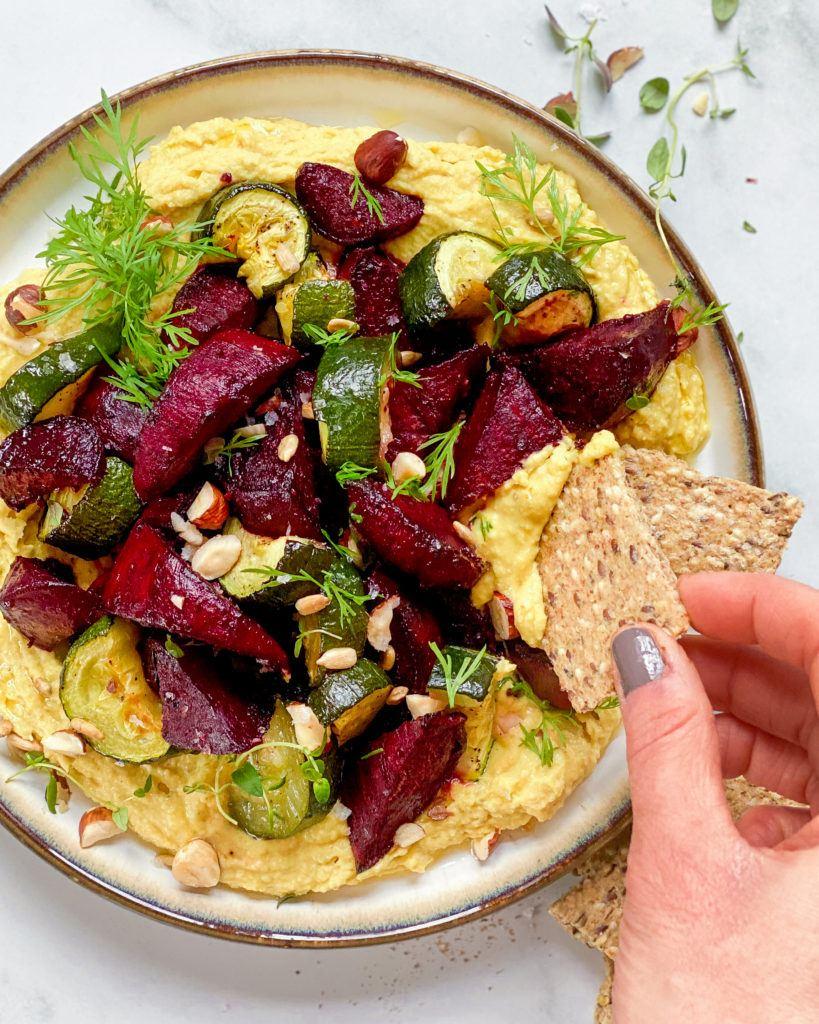 flækærtehummus på tallerken med bagte rødbeder