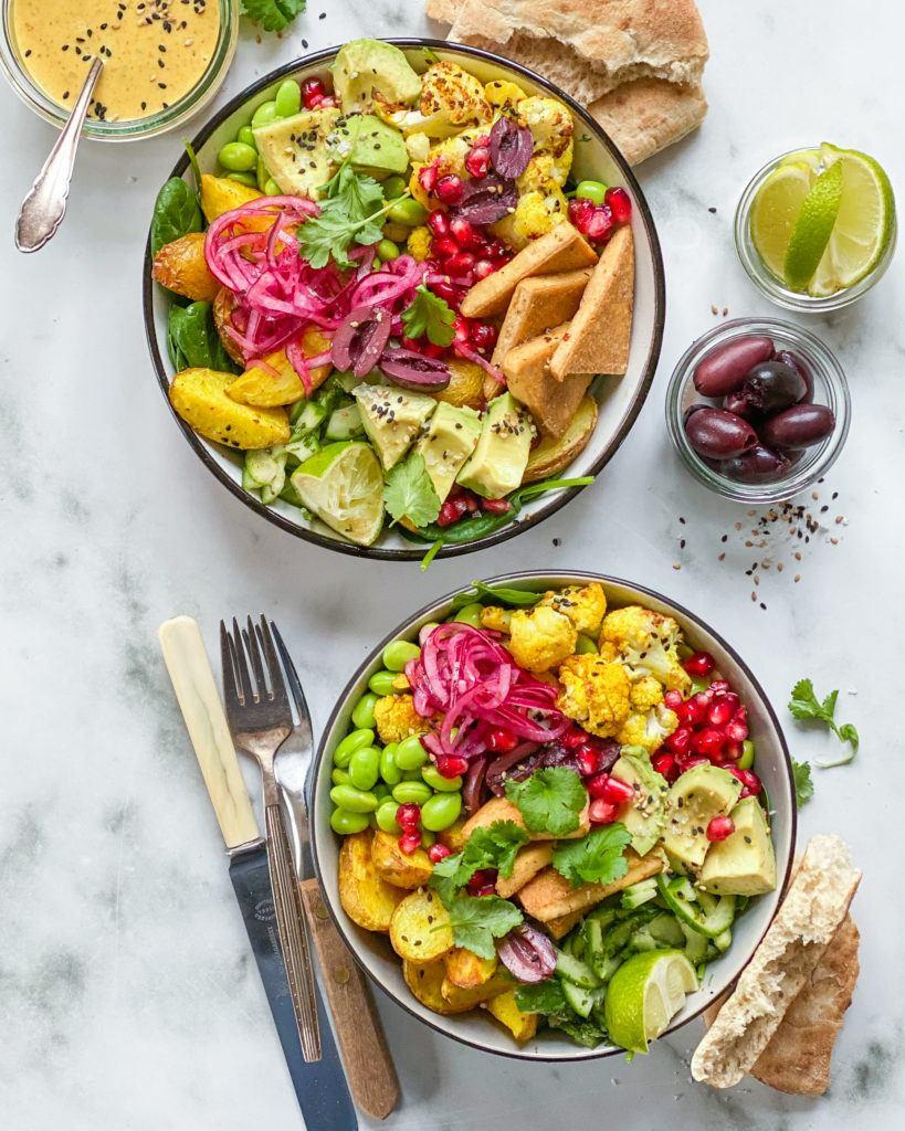 indisk salat bowl med mangodressing og stegt tofu
