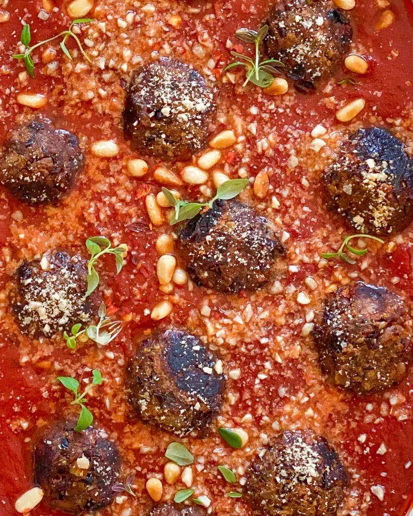 veganske kødboller i tomatsauce
