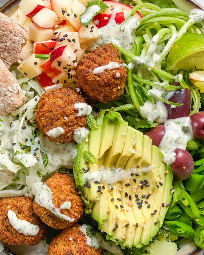 falafel salat med avocado og vegansk ranch dressing