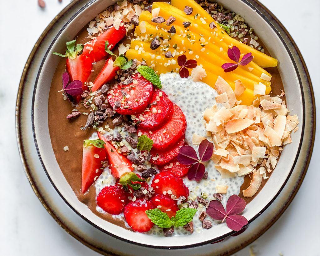 sund smoothiebowl med kakao og sød kartoffel