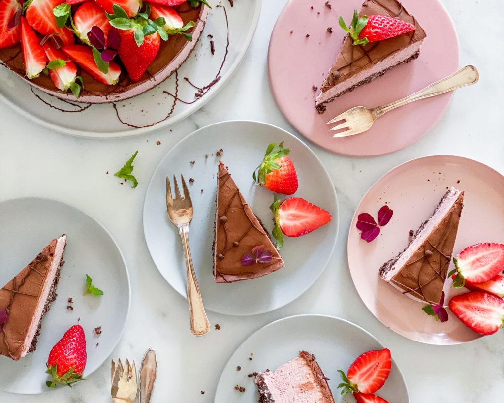 vegansk oreo cheesecake med jordbær skåret ud