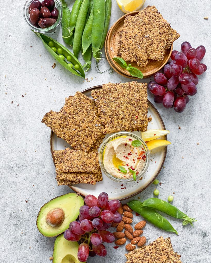 glutenfrit knækbrød snack bord med hummus