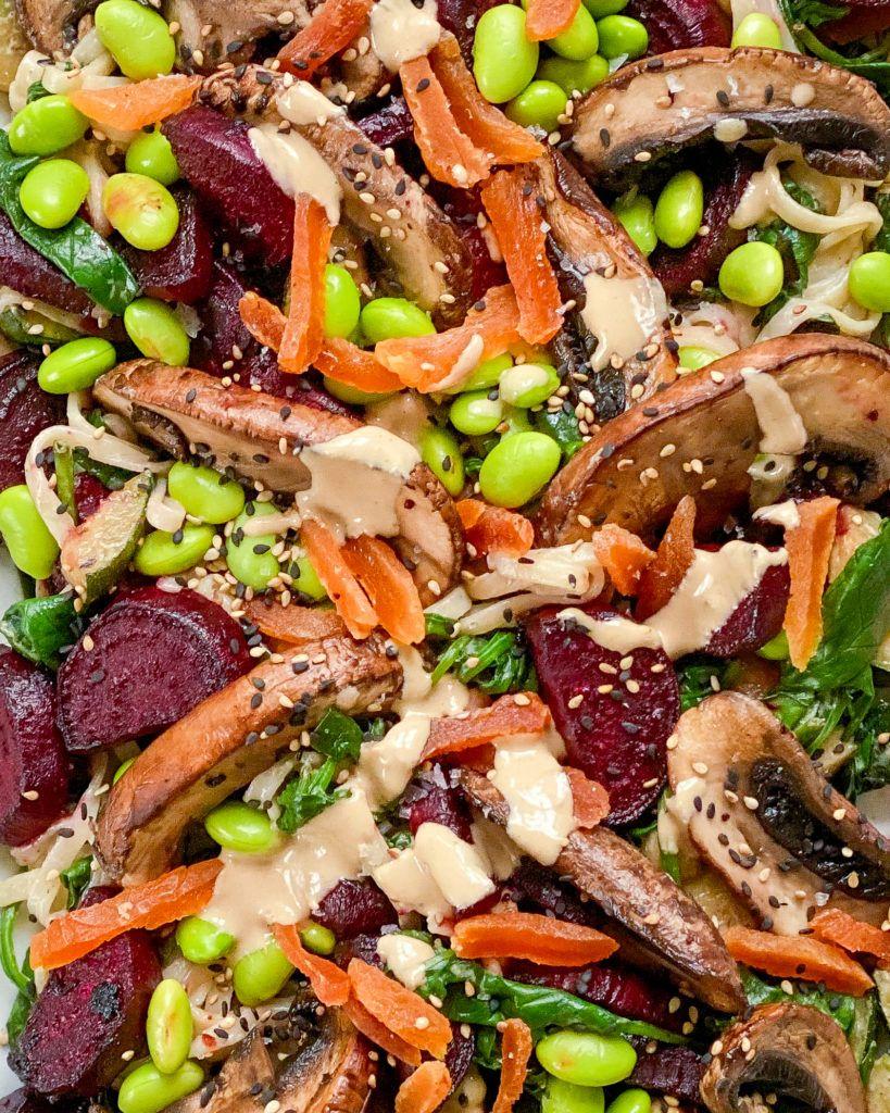 nudelsalat med svampe og rødbeder