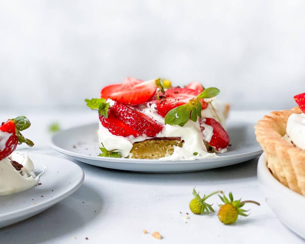 vegansk jordbærtærte med mazarinbund forfra