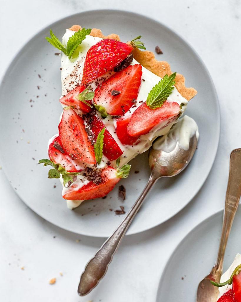 stykke vegansk jordbærtærte med mazarinbund
