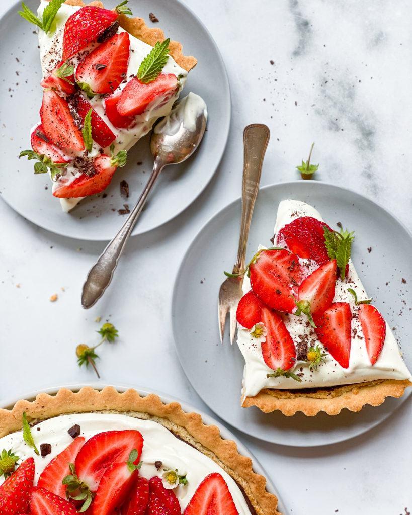 vegansk jordbærtærte med mazarinbund og kagecreme