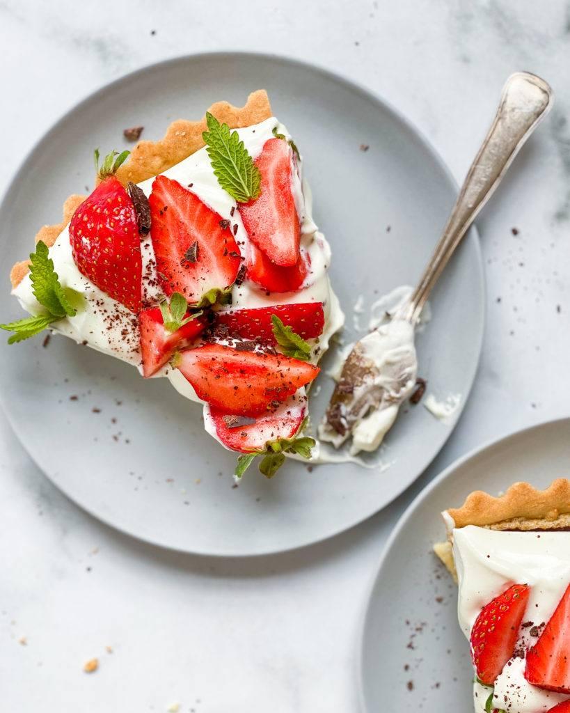 vegansk jordbærtærte med mazarinbund og vaniljecreme