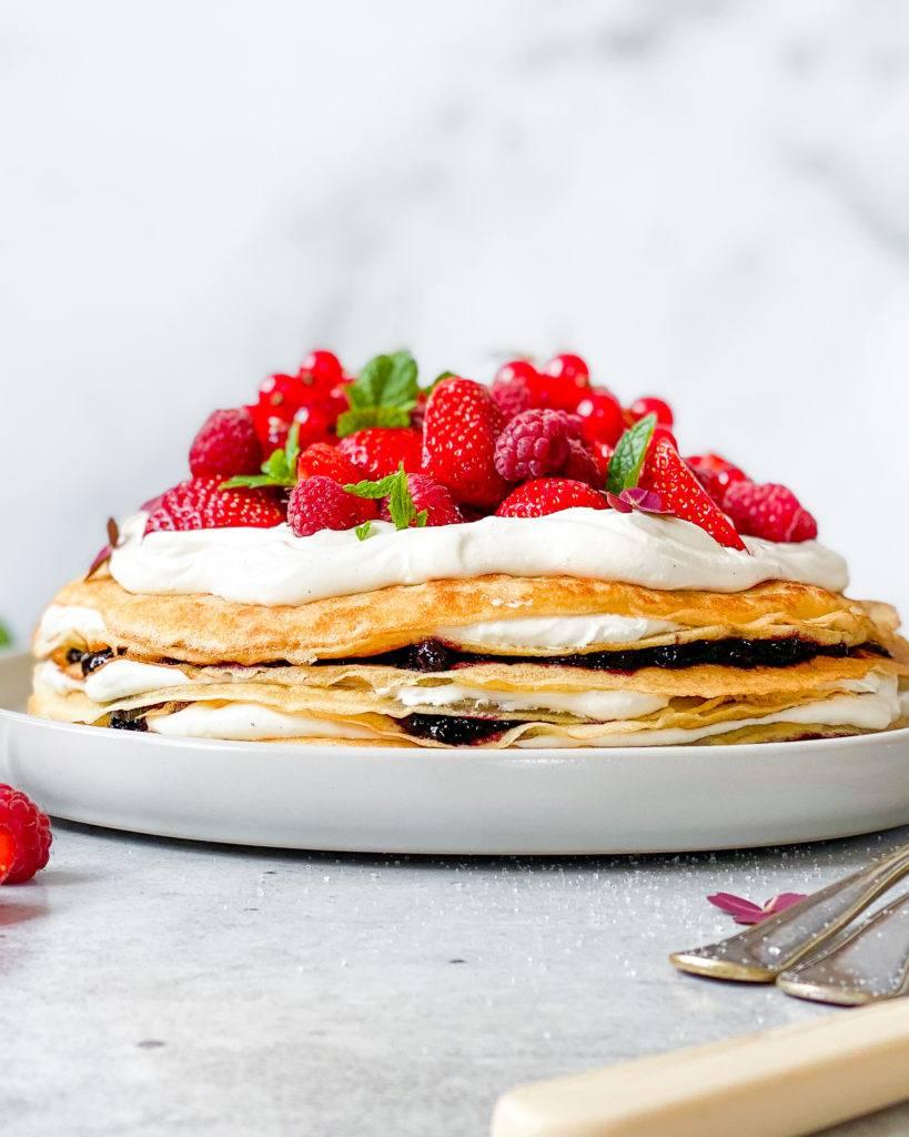 vegansk pandekage lagkage med bær og chokoladecreme
