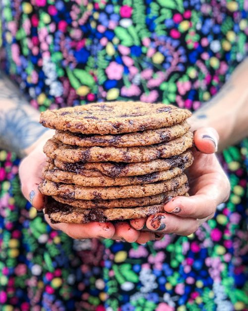 holder en stak veganske cookies