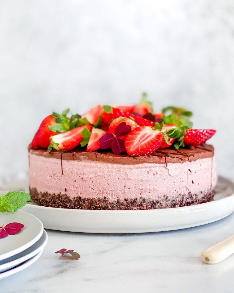 vegansk oreo cheesecake med jordbær forfra